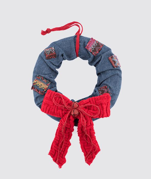 Corona polistirolo tessuto jeans fiocco lana rosso 51x33x9 cm
